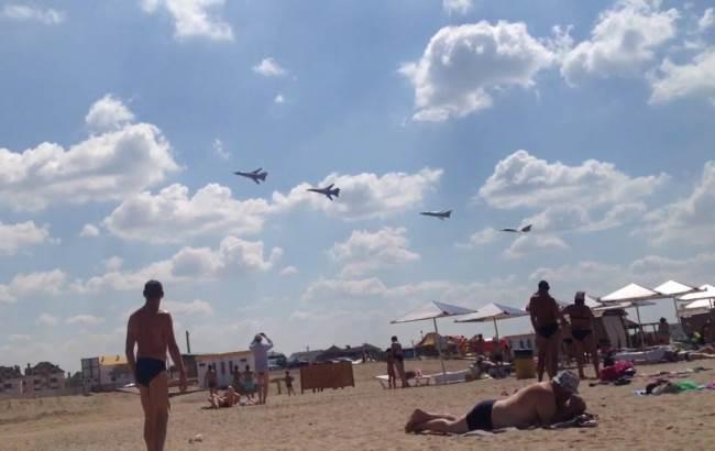 Посетители одного из крымских пляжей не на шутку испугались истребителей