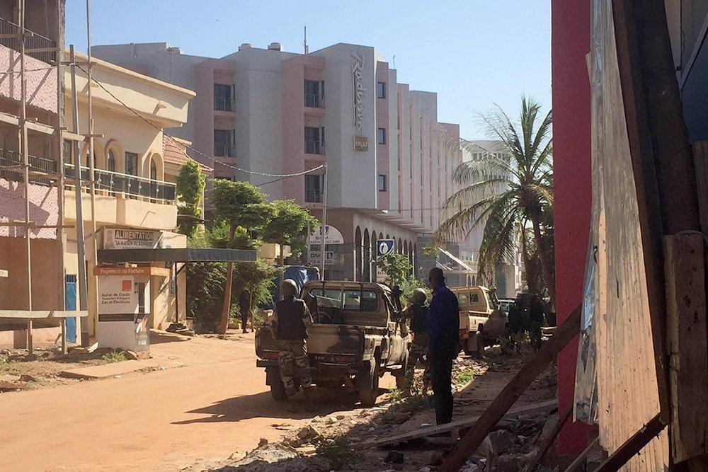 Силовики начали штурм захваченного отеля в Мали