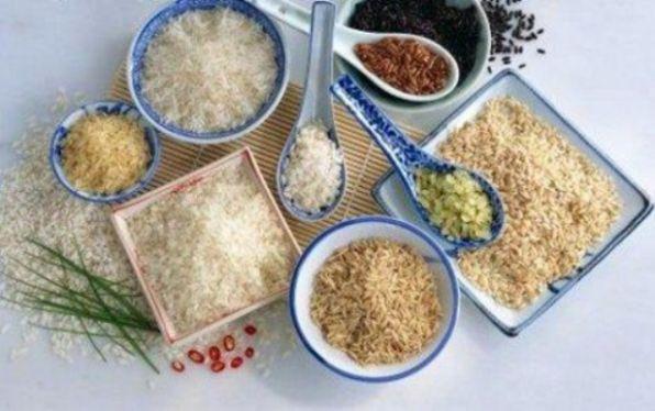 Как правильно варить рис #рис #кулинария #варка #советы #вкусно #рецепты Каждая хозяйка задается вопросом – как правильно варить рис (длиннозернистый, белый, черный, дикий, красный и так далее), и сколько риса получится в итоге после варки. Оказывается, все не так сложно. Например, для длиннозернистых сортов риса подойдет традиционный способ варки риса: наливаем 1,5 литра воды в кастрюлю, солим (половина столовой ложки соли). После того, как вода закипит, засыпаем рис (на 1,5 литра — 250…