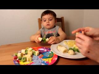 Глеб делает фруктовое канапэ