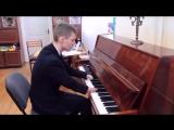 Как Бетховен, Стиви Уандер и Рэй Чарльз, 15-летний Алексей Романов изобрел свой способ игры на фортепиано.