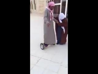 Нетипичная Махачкала Араб учится кататься на гироскутере