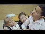 Мальчик поет песню в классе для девочки.