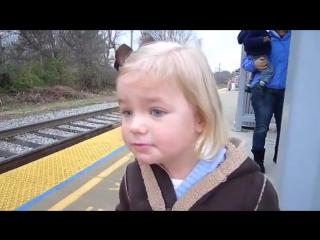 Девочка встречает поезд