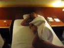 Мужика пиздят подушкой, а ему похуй!