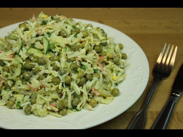 Крабовый салат с зеленым горошком и маринованным огурцом
