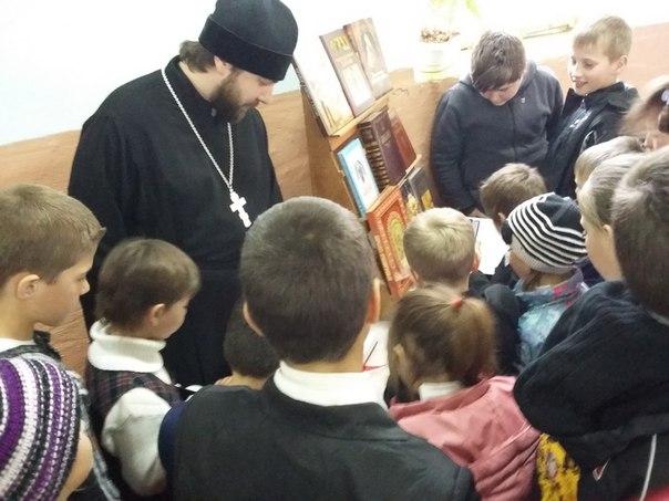 Школьной библиотеке в станице Исправной подарили книги Священного Писания