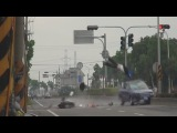 Дтп с мотоциклистом в Индии Terrible accident in India  группа: http://vk.com/avtooko сайт: http://avtoregik.ru Предупрежден зна