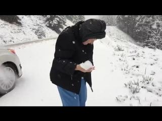 101-летняя бабушка лепит и бросает снежки