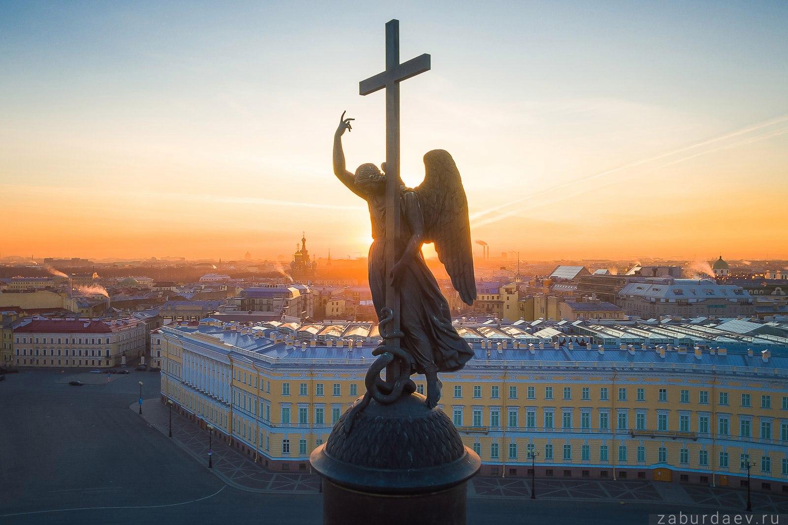 Ангел Александровской колонны на Дворцовой площади