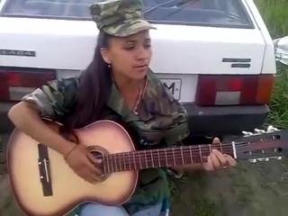 Игра на гитаре - Очень Красиво Поёт Девушка армейские песни