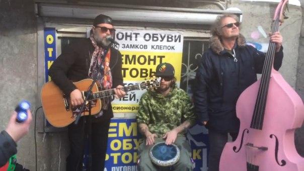 Музыкант Борис Гребенщиков вместе со своей группой «Аквариум» выступил сегодня в подземном переходе Красноярска.