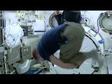 Астронавта крутили в космосе две минуты