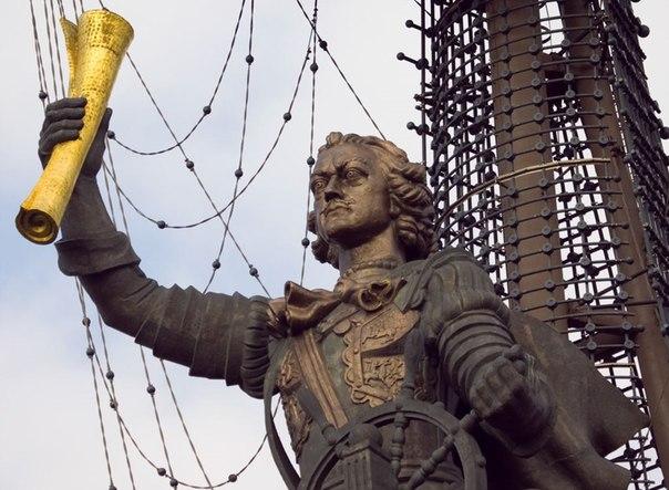 Скандально известный памятник Петру I, установленный в честь 300-летия русского флота в центре Москвы,