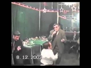 Карлик танцует