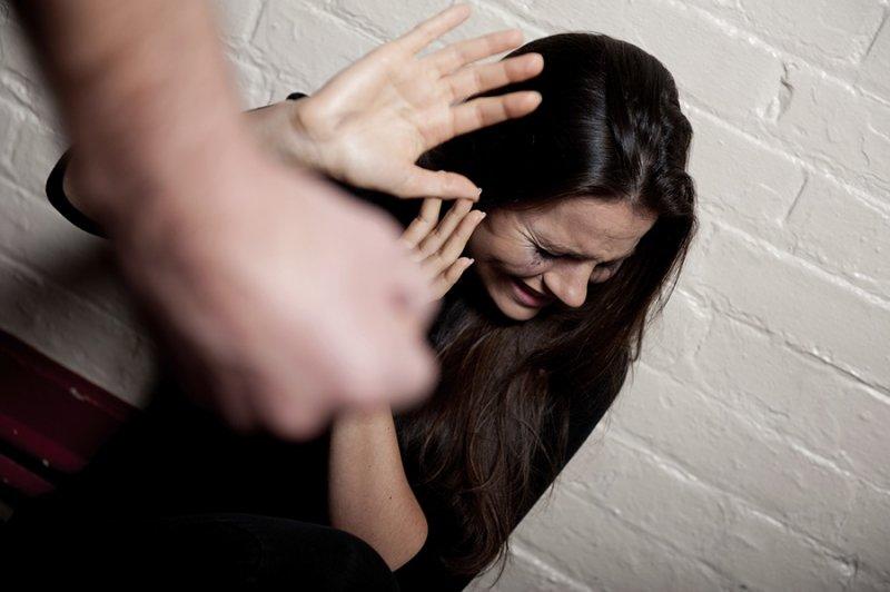Придя в гости к знакомой, парень избил и ограбил ее подругу