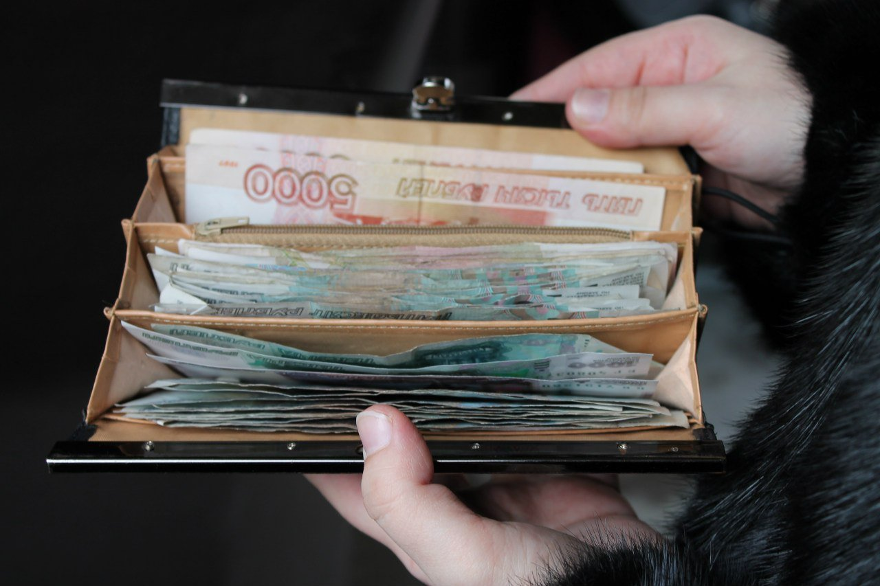В с.Бердигестях мужчина похитил кошелек сотрудницы банка