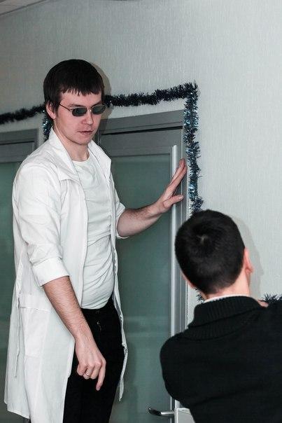 Наряжаем офис R-top  Слушаю предложения по использованию мишуры.  Фотограф: Сергей Коротков
