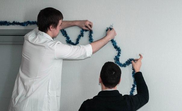 Наряжаем офис R-top  Делаем «палец вверх».  Фотограф: Сергей Коротков