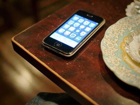 В Якутске гости украли у хозяйки сотовый телефон
