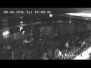 Ахова выносіць дзяўчыну з Clever Irish Pub