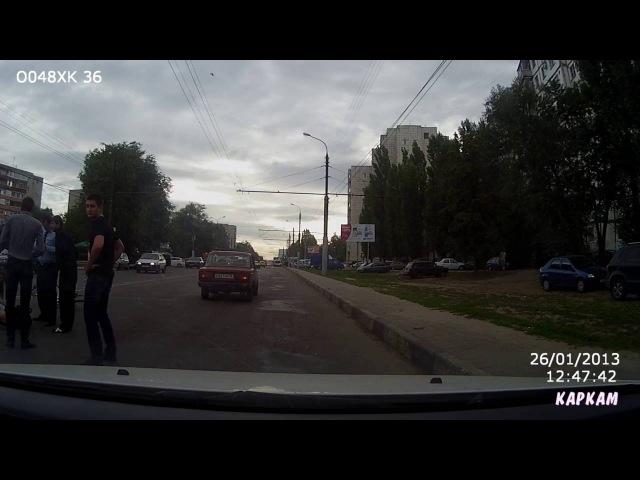 Полицейский сбил девушку c велосипедом на пешеходном переходе.