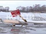 Прыжки во льдах - жители Тумботино каждый день рискуют своими жизнями