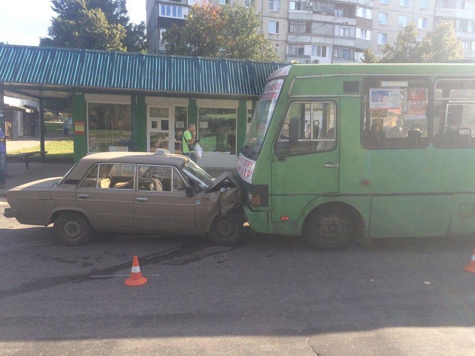 ДТП на Салтовке: столкнулись автобус и такси