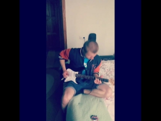 Зашел к знакомому, протестить новую гитарку Cort)  Бедные соседи...) #рокнролл #рок #rocknroll #metal #металл #acdc #тренер #муз