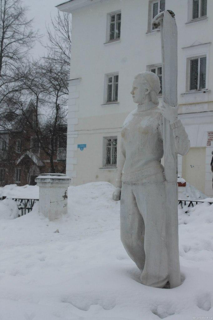 Скульптура лыжницы
