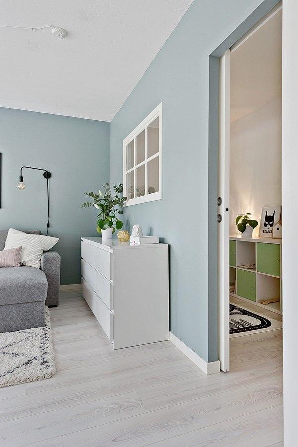 Зонирование комнаты на гостиную и спальню (или детскую) перегородкой с окном.