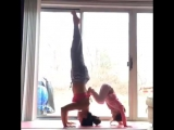 Мама с дочкой занимаются йогой