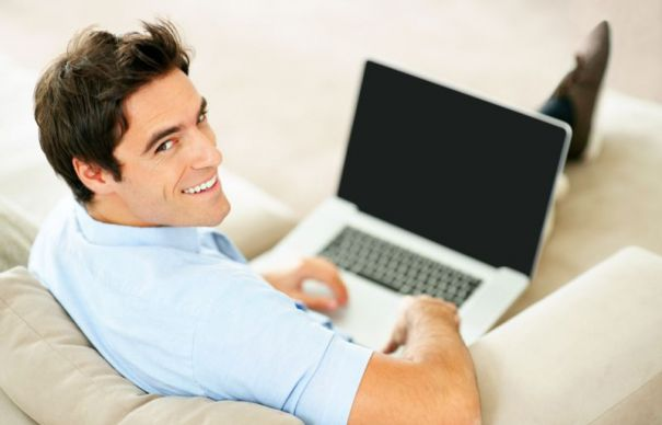 мужчина работает в видеочате