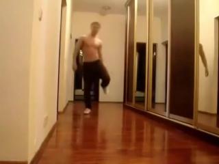 Парень красиво танцует.учитесь мальчики