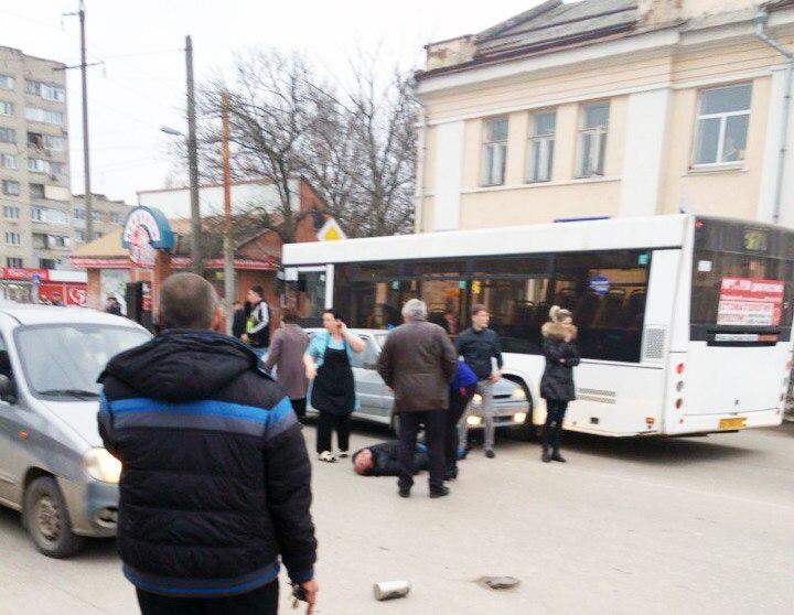 В Таганроге «ВАЗ-21140» сбил пешехода на зебре и врезался в 31-й автобус