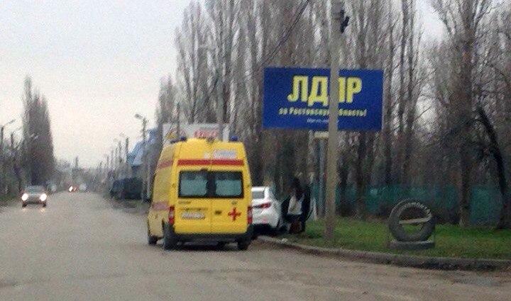 В городе Таганроге «ВАЗ-21102» столкнулся с Mazda 6, после чего врезался в дерево