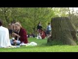 8 мая 2016: Кара проводит время с Энни Кларк, Гайд-парк, Лондон