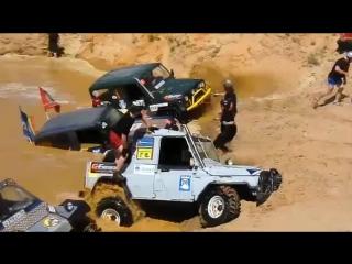 Русские внедорожники на соревнованиях в грязи по бездорожью