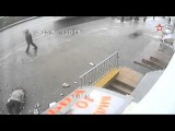 Падение балкона на голову пенсионера в Москве сняла камера наблюдения