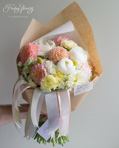 Букет №23, 8900 руб. Состав: дахлия, пионы, диантус (два вида), кустовые розы Сноуфлейк, краспедия, ахиллея, питоспорум.