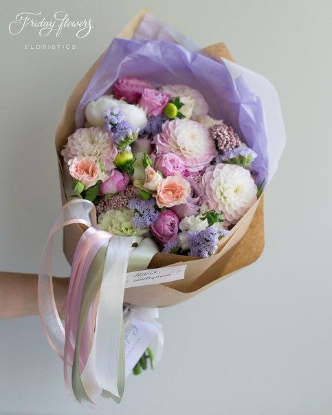 Букет №53, 4650 руб. Состав: дахлия, кустовые пионовидные розы Леди Бомбастик, кустовые розы Свит Сара, диантус, озотамнус, статица.