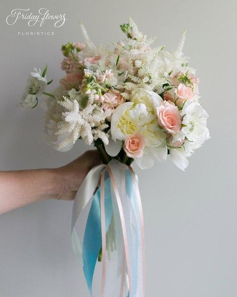 Букет №12 (свадебный), 7400 руб. Состав: пионы, кустовые розы Свит Сара, скабиоза, матиолла, астильба.
