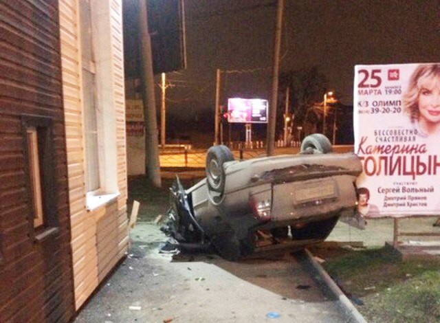 Ночью в Таганроге  на Чехова/Транспортной перевернулся и врезался в магазин Hyundai Accent