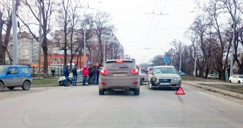 В Таганроге на улице Ленина в районе роддома произошло тройное ДТП