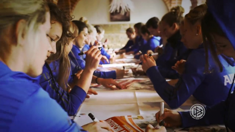 Gewinnt vom gesamten Team unterschriebene Spielplakate! Was Ihr dafür tun müsst? Das erklären Euch Anja Mittag und Tabea Kemme i