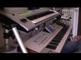Парень играет милодию группы Модерн токинг на синтезаторе