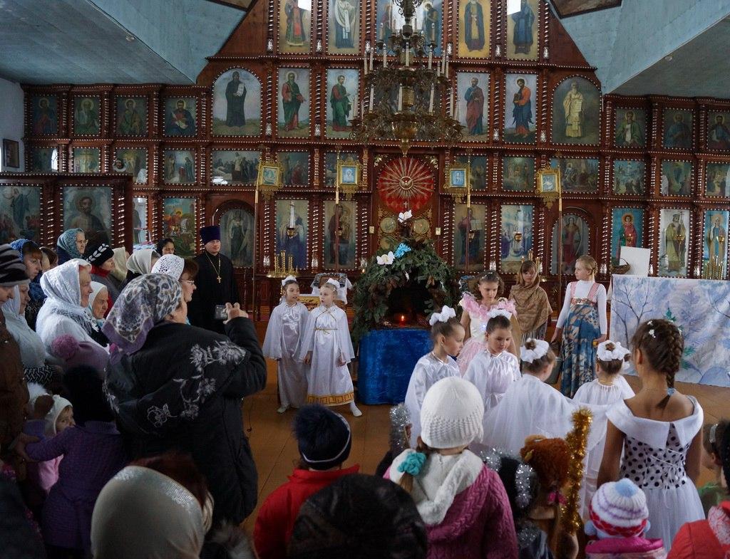 Дети порадовали прихожан Покровского храма станицы Кардоникской  Рождественским выступлением