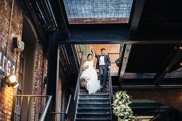 oesVaD8NSRM - Какой может быть встреча молодоженов на свадьбе