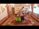 Танец с цветами исполняют дети подготовительной группы на утреннике 8 Марта.