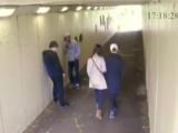 Два быка бросили сигарету в девушку боксёра и пожалели об этом / Boxer swiftly knocks out two guys for picking on his girlfriend